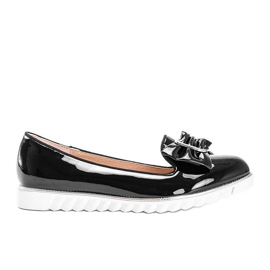 Black lacquered loafers with a Nemesise bow