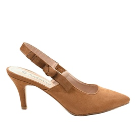 Brown pumps on a pin with an elastic band F013