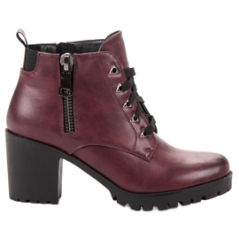 Vinceza Low Boots On A Bar red
