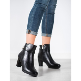 Classic boots on a post black 4