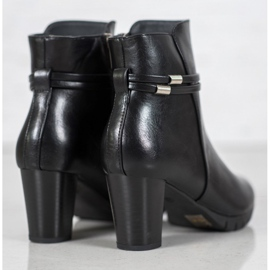 Classic boots on a post black 6