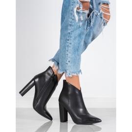 Seastar Elegant boots on a post black 4