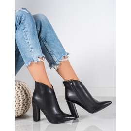 Seastar Elegant boots on a post black 3