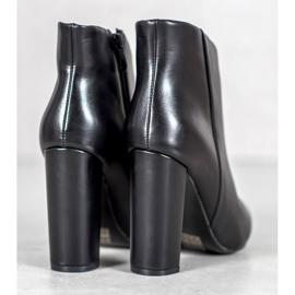Seastar Elegant boots on a post black 1
