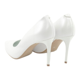 Pumps on a white Espinto pearl C-602/134 3