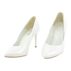 Pumps on a white Espinto pearl C-602/134 2
