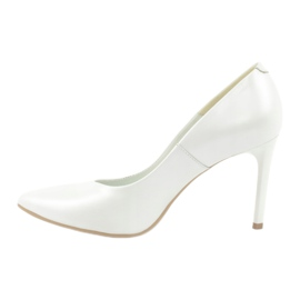 Pumps on a white Espinto pearl C-602/134 1
