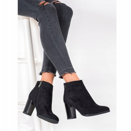 Goodin Boots On A Post black 4